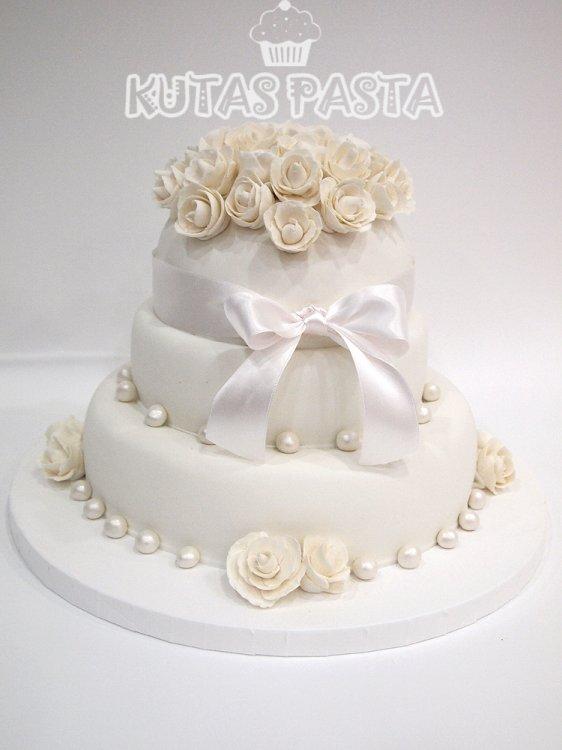 Beyaz Güllü Nişan Pasta