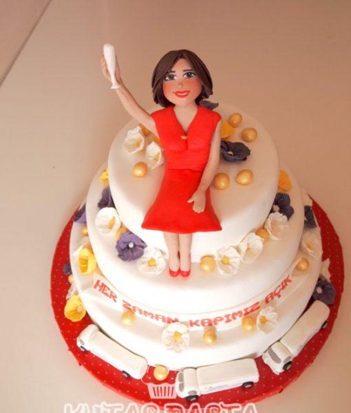 Kırmızılı Kadın Pasta
