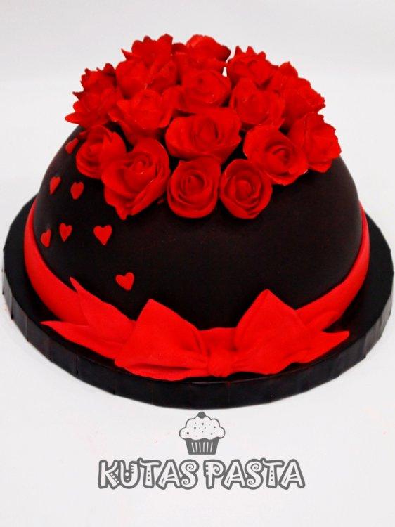 Kırmızı Güllü Nişan Pastası